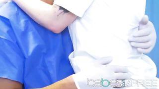 Медсестра помогает пациенту кончить