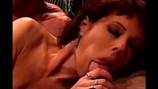 Раздевшись зрелая домохозяйка с обвисшими сиськами мастурбирует щель